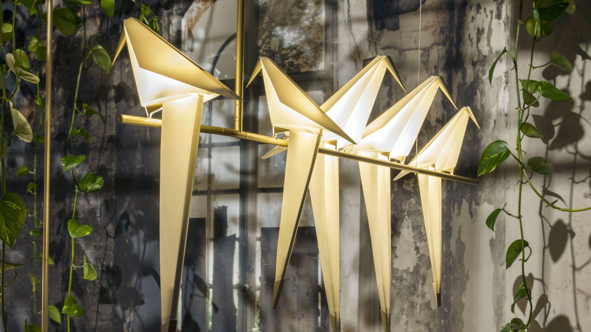 Stworzona we współpracy z firmą Moooi rodzina sześciu rzeźbiarskich lamp Perch Lamp for Moooi przedstawia ptaki siedzące na gałęzi. Fot. Moooi