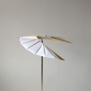Zainspirowana majestatycznym drapieżnym ptakiem uchwyconym w trakcie lotu lampa Poise Light przypomina balansującą ptasią zabawkę z origami. Fot. mat. prasowe