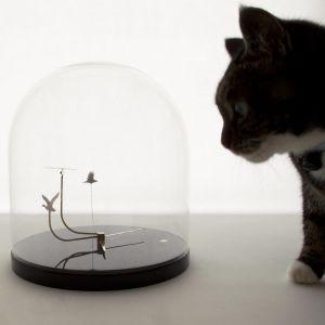 W projekcie Time Flies Umut Yamac w szklanym zegarze kopułkowym stworzył miniaturowy świat fruwających ptaków, jaskółki, krzyżówki i wróbla, krążących w różnym tempie. Fot. mat. prasowe