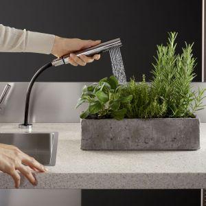 Wyciągany zestaw spłukujący do kuchni łączy wyrafinowany design z profesjonalną funkcjonalnością. Fot. Dornbracht