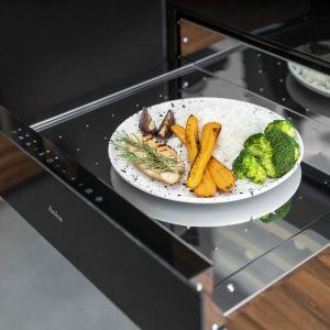 Szuflada grzejna do zabudowy z linii nowoczesnych urządzeń AGD X-Type pozwala utrzymać w cieple naczynia i zachować optymalną temperaturę potraw, a także szybko rozmrażać dania. Fot. Amica