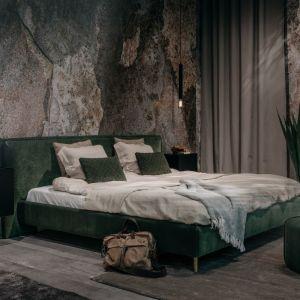 Łóżko tapicerowane Norfolk Bed LC o lekkiej, eleganckiej formie z prostym zagłówkiem; naturalne tkaniny oraz stonowana kolorystyka. Fot. MTI Furninova