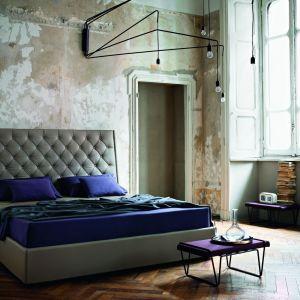 Łóżko z kolekcji Prive z ręcznie pikowanym zagłówkiem w stylu capitonne; ręczne szycie i wysokie jakości materiały podkreślają charakter nowoczesnej elegancji i ponadczasowego designu. Fot. Ivano Redaelli / Mood Design