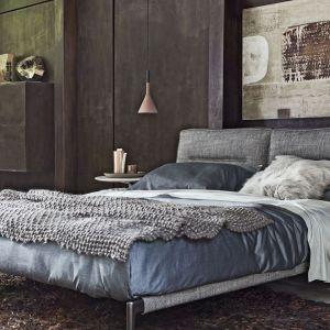 Nowoczesne, tapicerowane łóżko Adda (proj. Antonio Citterrio) z efektownym, miękkim zagłówkiem. Fot. Flexform