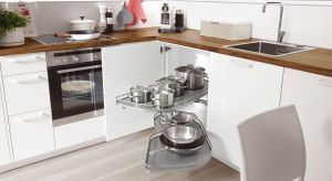 Jak maksymalnie wykorzystać narożne szafki w kuchni?Odpowiednie akcesoria meblowe pozwolą zmieścić w narożniku maksymalnie dużo rzeczy, a jednocześnie zapewnią wygodny dostęp do nich. Zobaczcie, jakie rozwiązania oferuje rynek.