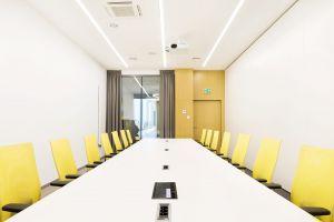 Powstały sale konferencyjne na potrzeby większych zebrań, a także mniejsze salki i strefy wydzielone akustycznie, które umożliwiają pracę projektową w mniejszych zespołach. Projekt: 3DPROJEKT architektura. Fot. Urszula Czapla