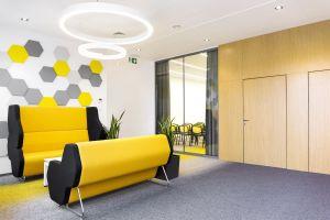 Oprócz rozwiązania problemu niedostatecznego doświetlenia pomieszczeń biurowych, zadbano także o stworzenie kameralnych miejsc do pracy w mniejszych zespołach. Projekt: 3DPROJEKT architektura. Fot. Urszula Czapla