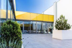 Architekci pracowni 3DPROJEKT architektura zaproponowali inwestorowi, aby zdjąć dach w środkowej części budynku, nad niewykorzystywanym magazynem i stworzyć wewnętrzne patio. Projekt: 3DPROJEKT architektura. Fot. Urszula Czapla