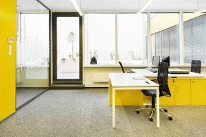 Architektom udało się stworzyć przestrzeń, w której wnętrze i zewnętrze budynku płynnie się przenikają, dzięki panoramicznym oknom z obniżonymi podokiennikami. Projekt: 3DPROJEKT architektura. Fot. Urszula Czapla