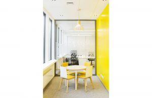 Funkcję biurową uzupełniają miejsca spotkań dla kilkuosobowych zespołów, mini sale konferencyjne, kantyna oraz strefy wydzielone akustycznie. W każdym pomieszczeniu są drzwi tarasowe prowadzące na patio. Projekt: 3DPROJEKT architektura. Fot. Urszula Czapla