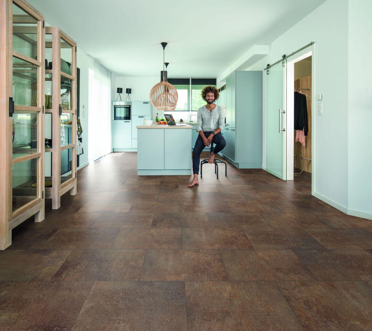 Panele podłogowe cieszą się niesłabnącą popularnością; na zdj. kolekcja Wineo 400 stone dekor. Fot. Wineo