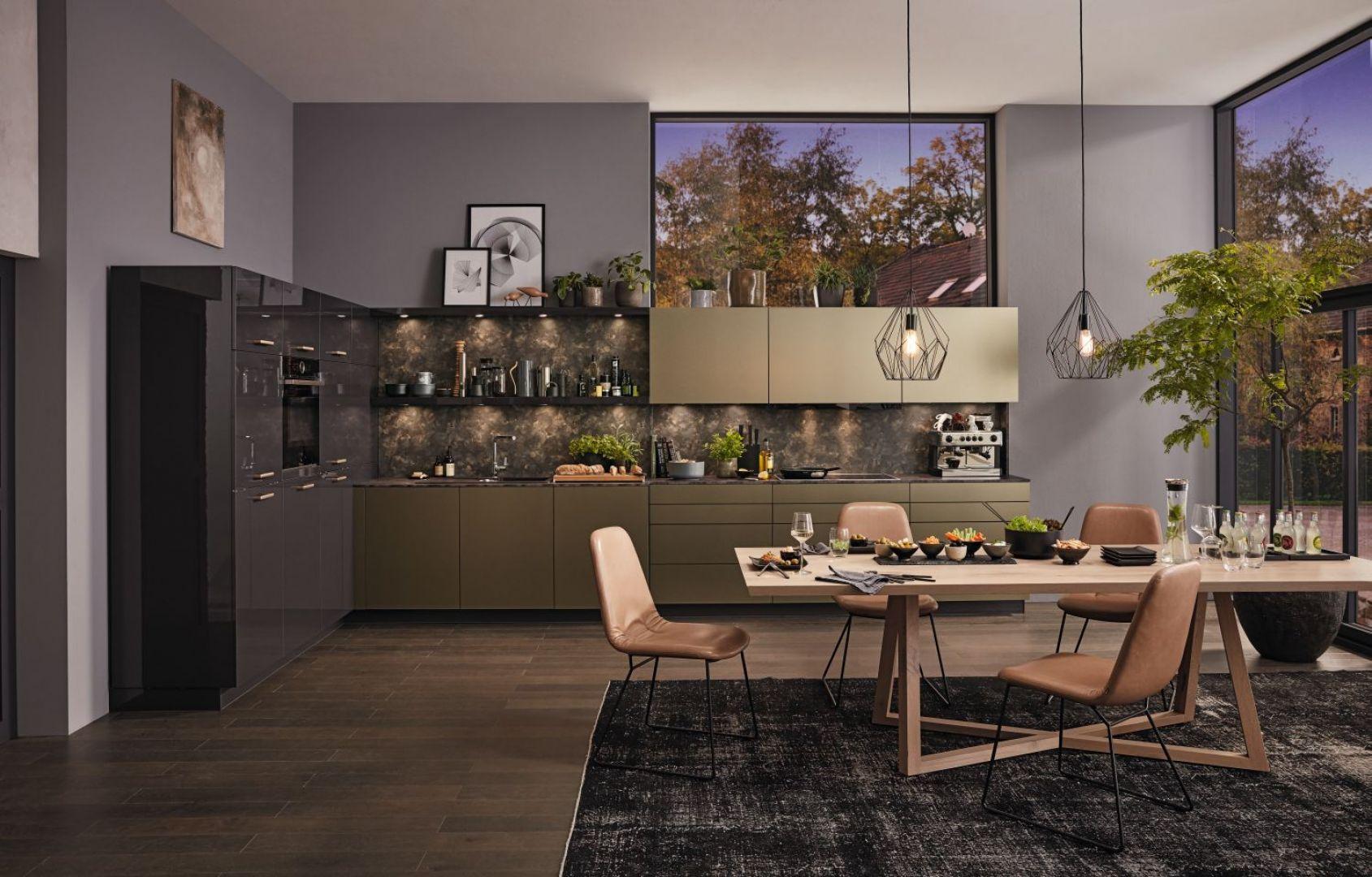 Kuchnia z programu AlnoGlint, AlnoPearl to połączenie eleganckich grafitowych frontów z matowymi, w złotym metalicznym kolorze. Fot. Alno