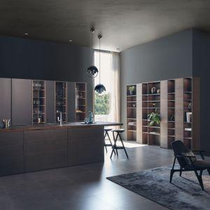 Kuchnia Steel|Classic-FS|Topos to propozycja do dużych, otwartych wnętrz. Ciemna kolorystyka w połączeniu ze stalowymi frontami dodaje ekstrawagancji. Fot. Leicht