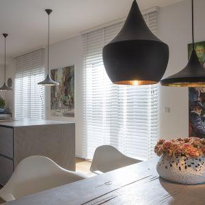 Żaluzje drewniane Jasno Blind pozwalają w łatwy sposób operować światłem słonecznym i cieniem. Do wyboru cała gama ciepłych i świeżych barw. Fot. Jasno