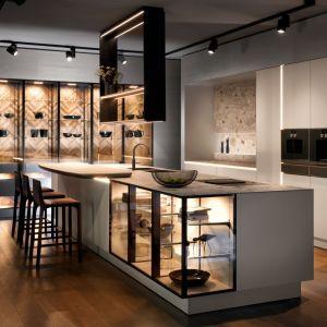 Fronty kuchni New Handle-Free charakteryzują się wyszukanym wzornictwem i wygodą towarzyszącą otwieraniu szuflad. Nowoczesny system oświetlenia odpowiada za efekt wizualny. Fot. SieMatic