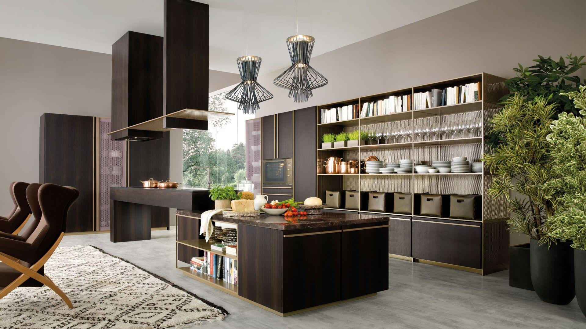 Niezwykle wytworna i elegancka kuchnia Beluga w wykończeniu ciemny dąb. Lekkości dodają jej szklane fronty zabudowy szaf. Fot. Rastelli