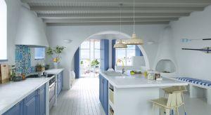 Kuchnie w wielu greckich domach wyróżnia charakterystyczna dla tego kraju biało-niebieska kolorystyka. Zobaczymy ją na ścianach, stołach, krzesłach, a nawet obrusach i dodatkach dekoracyjnych.