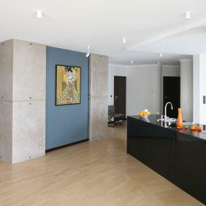 Efekt surowego betonu na ścianach to modna propozycja do nowoczesnych wnętrz. Projekt:I zabella Korol. Bartosz Jarosz