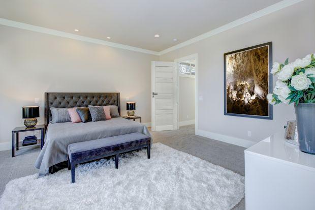 Modna sypialnia - wybieramy drzwi