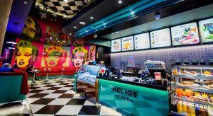Przekraczając próg nowego kina Helios w galerii Blue City, trafiamy wprost na tętniące światłami, pełne charakterystycznych detali ulice Nowego Jorku. O inspiracjach, autorskich formatach, doświadczaniu kina i specyfice projektowania przestrzeni d