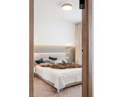 W sypialni ściana została podcięta na nietypowej wysokości, a zagłówek podkreślony wzorem tapety. Projekt i zdjęcia: Pracownia Wnętrz KODO