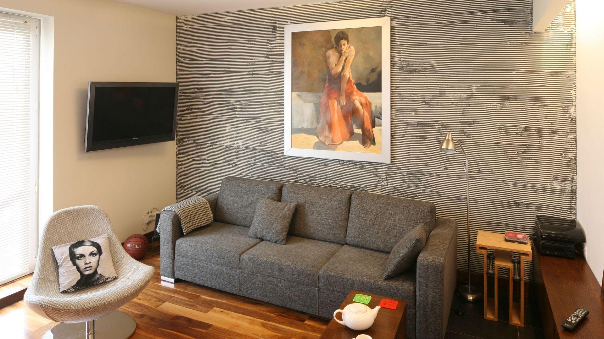 Mała kanapa w salonie. Projekt: Marcin Lewandowicz. Fot. Bartosz Jarosz