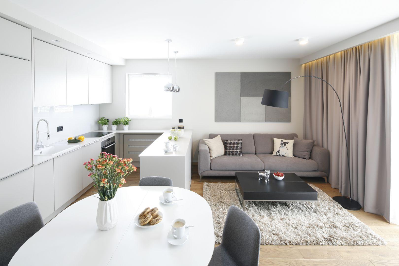 Mała kanapa w salonie. Projekt: Katarzyna Uszok. Fot. Bartosz Jarosz