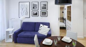 """Mały salonmusi być przede wszystkim funkcjonalny, dlatego wybierając meble powinniśmy się kierować zasadą """"mniej znaczy więcej""""."""