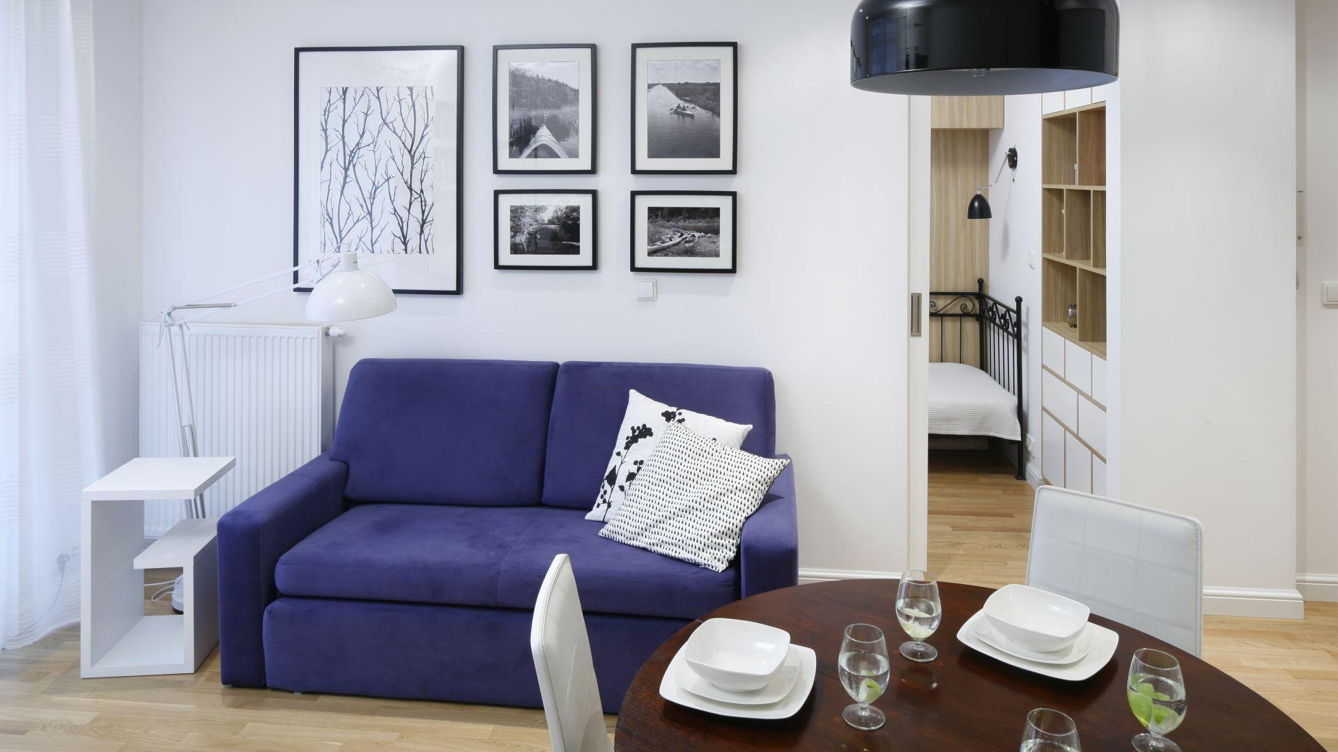 Mała kanapa w salonie. Projekt: Ewelina Para. Fot. Bartosz Jarosz