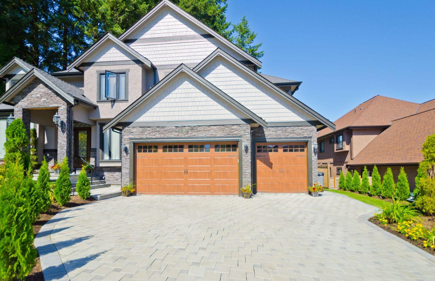Nawierzchnie wokół domu - układanie kostki brukowej. Fot. Shutterstock