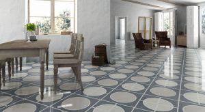 Płytki podłogowe w salonie są praktyczne i pięknie się prezentują. Dodatkowo doskonale sprawdzają się na popularnym ogrzewaniu podłogowym. W naszej galerii prezentujemy najmodniejsze w tym sezonie aranżacje.