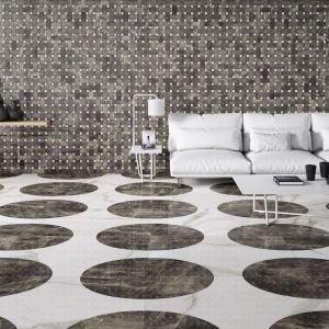 Płytki w salonie. Kolekcja Marble Calacatta. Fot. Apavisa