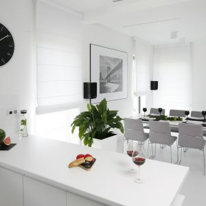 Salon z aneksem kuchennym. Projekt: Maria Biegańska, Ewelina Pik. Fot. Bartosz Jarosz