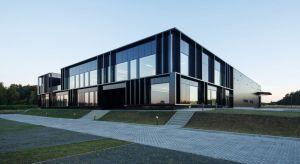 Zwarty, minimalistyczny budynekfirmy Pivexin Technology w Babicach koło Raciborza, łączy dwie funkcje – biurową i magazynową. Mimo tego zróżnicowania, podkreślonego przez rozwiązania fasadowe, pracowniMUS Architects udało się stworzyć ar