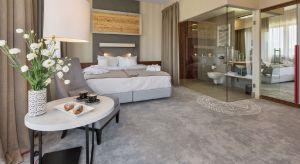 Wnętrza nowoczesnego hotelu Kopieniec Fizjo-Med & SPA****, położonego w malowniczej miejscowości Murzasichle, stanowią połączenie minimalistycznego luksusu z elementami nowoczesnej góralszczyzny.Za projekt odpowiada pracownia FØB!a desi