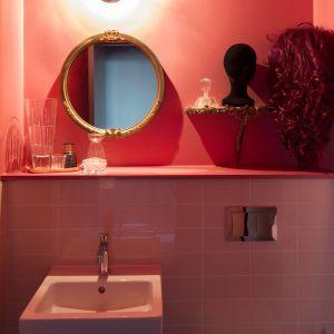 Przestronna sypialnia i łazienka są utrzymane w odcieniach najmodniejszego koloru tego sezonu – living coral. Projekt: Michał Gulajski, Wnętrza Michała, Fot. Piotr Mastalerz