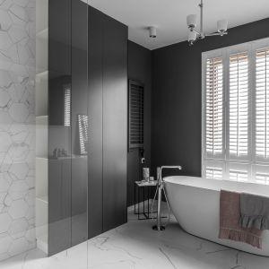 Właścicielka mieszkania zdradziła projektantom, że marzy o łazience z oknem, przez które mogłaby spoglądać podczas długich, odprężających kąpieli. Projekt: Aleksandra Kurc, Wiktor Kurc (Maka Studio). Fot. Foto&Mohito