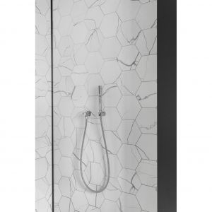 Płytki w kształcie heksagonów na ścianie pod natryskiem współgrają z imitującymi marmur, wielkoformatowymi płytami na podłodze. Projekt: Aleksandra Kurc, Wiktor Kurc (Maka Studio). Fot. Foto&Mohito
