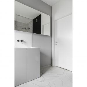 Wykonana na zamówienie umywalka zespolona jest z obszernym blatem i osłoną ściany, w której zamontowano baterię. W tym przypadku projektanci zdecydowali się na Corian. Projekt: Aleksandra Kurc, Wiktor Kurc (Maka Studio). Fot. Foto&Mohito