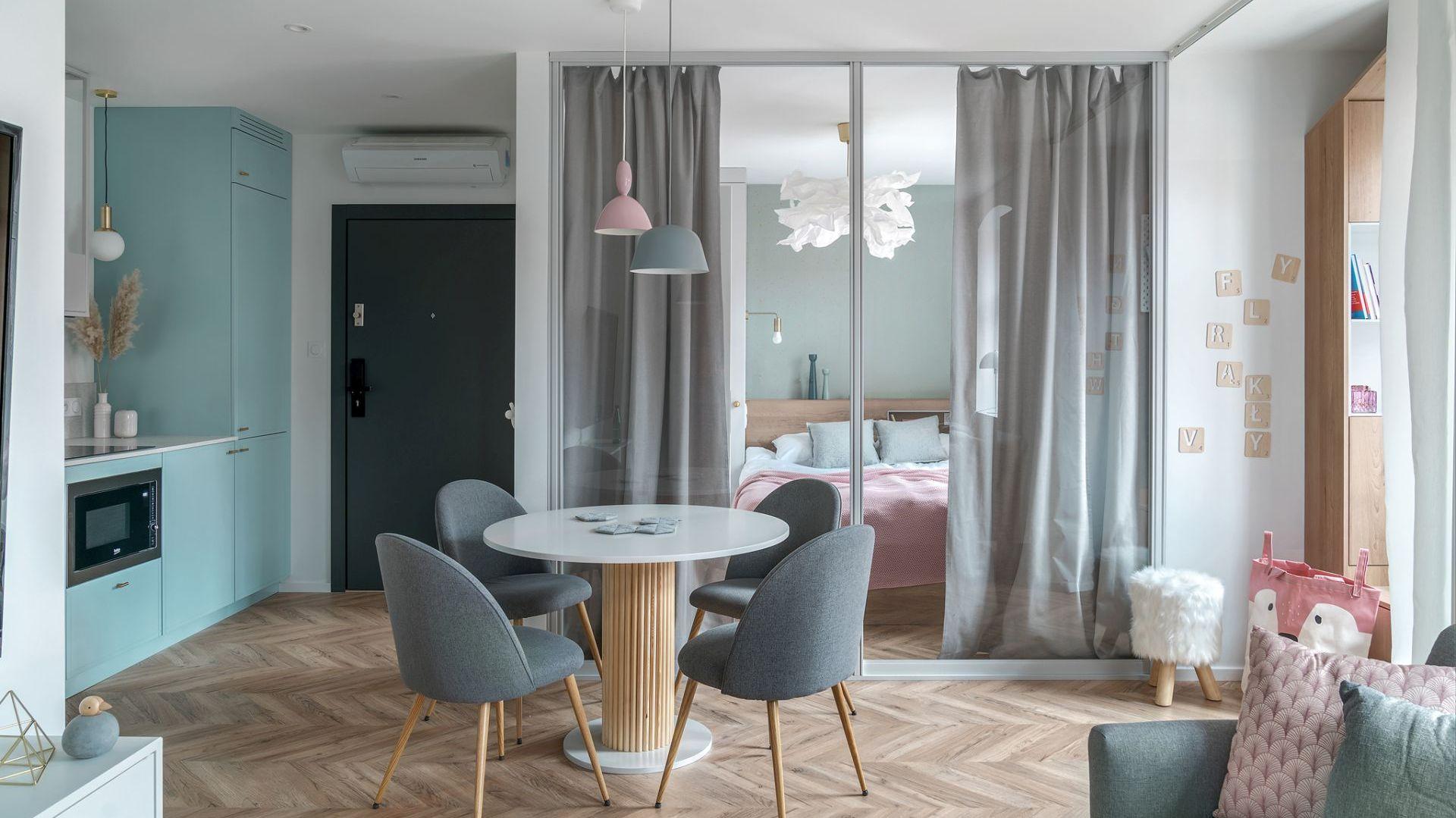 W niewielkim wnętrzu królują pastele. Dzięki jasnym, miękkim kolorom i zastąpieniu jednej ze ścian przeszkleniami, wnętrze wypełnia światło i optymizm. Projekt: Sylwia Choszcz i Monika Behrendt-Kucińska (SMart Studio) Fot. Tom Kurek