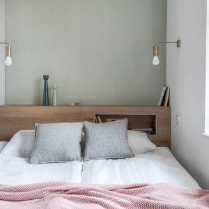 Aby lepiej doświetlić mieszkanie zdecydowano się na zastąpienie tradycyjnej ściany pomiędzy sypialnią a częścią dzienną systemem przeszklonych ścianek i drzwi przesuwnych. Projekt: Sylwia Choszcz i Monika Behrendt-Kucińska (SMart Studio) Fot. Tom Kurek