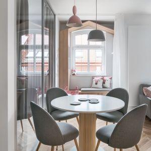 Trochę na przekór współczesnym trendom w mieszkaniu dominują łagodne, zgaszone pastele, dla których ramą jest biel oraz jasna szarość. Projekt: Sylwia Choszcz i Monika Behrendt-Kucińska (SMart Studio) Fot. Tom Kurek