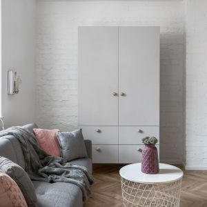 Nawiązaniem do magazynowej historii miejsca jest nieotynkowana ceglana ściana na wprost wejścia. Projekt: Sylwia Choszcz i Monika Behrendt-Kucińska (SMart Studio) Fot. Tom Kurek