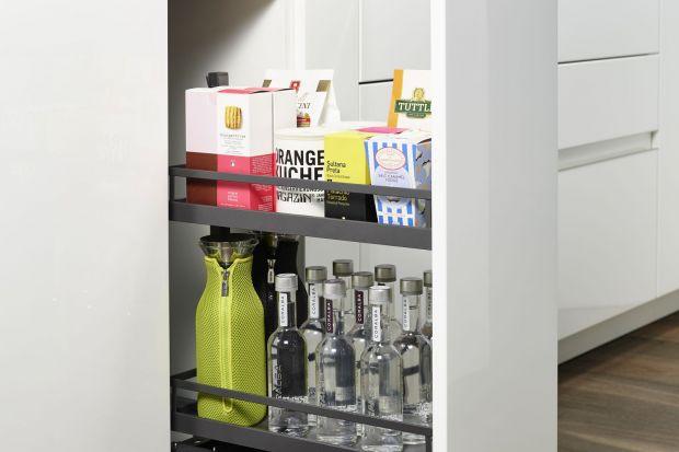 Kuchnia w antracycie. Modne akcesoria do organizacji szafek