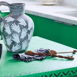 Chalk Paint™ Lacquer pomoże na dłużej zachować szlachetne barwy i zabezpieczyć mocno eksploatowane powierzchnie. Fot. Annie Sloan