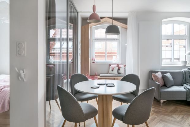 Dwie architektki – Sylwia Choszcz i Monika Behrendt-Kucińska z pracowni SMart Studio– zajęły się przearanżowaniem tego liczącego zaledwie 37 m kw. mieszkania, położonego na gdańskiej Wyspie Spichrzów. Dzięki ich pomysłowości i talentowi