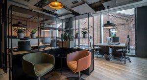 """Przestrzeń biurowa nawiązująca do industrialnej architektury budynku, a zarazem charakteru działalności i historii firmy – połączenie nowoczesnych trendów i funkcjonalności, a wszystko to na terenie dawnej Warszawskiej Wytwórni Wódek """"Kones"""
