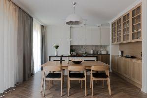 Sercem tego domu jest kuchnia. Miała być nie tylko estetyczna, ale i bardzo funkcjonalna. Projekt: Jacek Tryc. Fot. Jacek Tryc - wnętrza