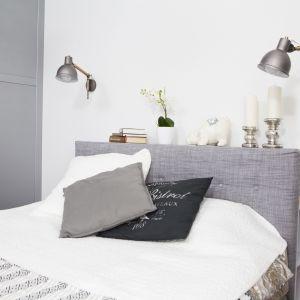 Szafka z półkami, na których osoby śpiące w łóżku trzymają wszystkie niezbędne rzeczy, z powodzeniem zastępuje szafki nocne. Ma jeszcze dodatkową zaletę – blat, na którym można postawić różne dekoracyjne przedmioty. Fot. MGN Pracownia Architektoniczna