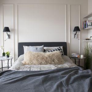 Poszewki na poduszki z tkanin o zróżnicowanych fakturach, rosnące w doniczkach rośliny i światło świec to niezawodny sposób na wykreowanie miłego, relaksującego klimatu we wnętrzu. Fot. MGN Pracownia Architektoniczna